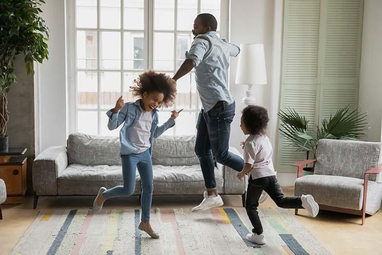dad daughters dancing living room 784x523 1